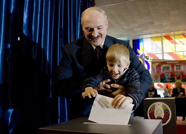 PR-ovski as iz rukava:dijete u krilo diktatora