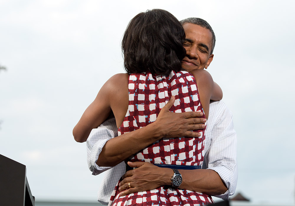 Michelle_and_Barack_Obama_embrace