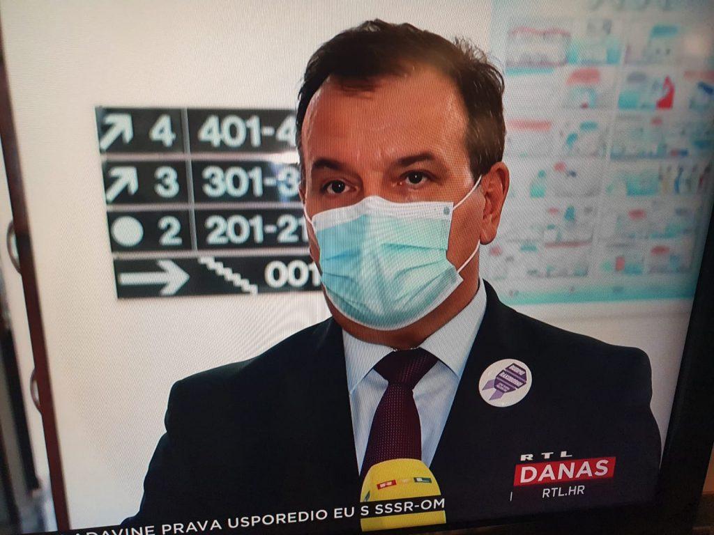 Ministar Beroš s bedžem Rakoborci - Hrvatska protiv raka
